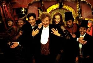 Jim Broadbent (tengah) berperan sebagai Harold Zidler, Pemilik Klub Moulin Rouge