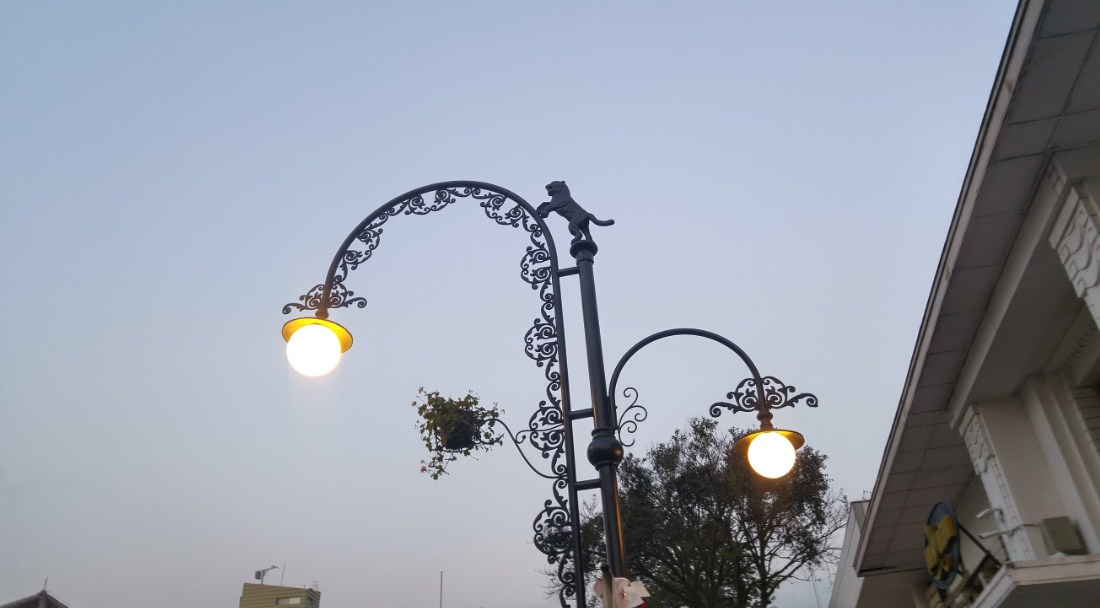lampu yang menghiasi sore di Bandung