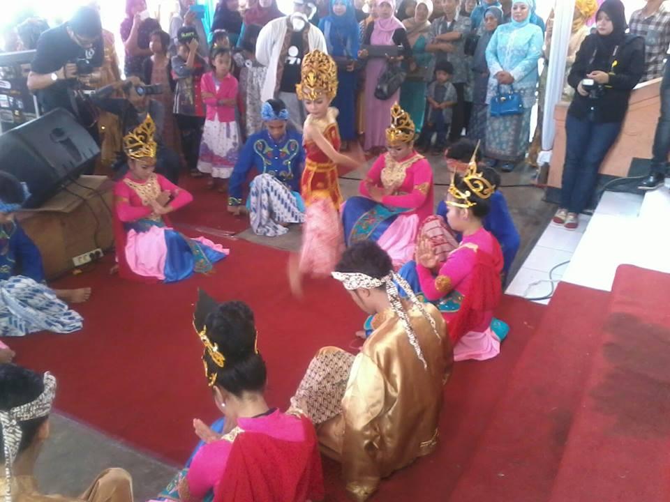 Kang Iqan juga sering melatih tarian untuk upacara adat pernikahan