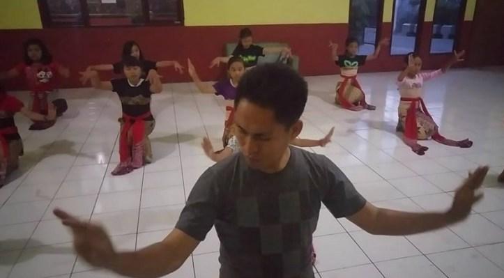 Kang Iwan sedang mengajarkan tari