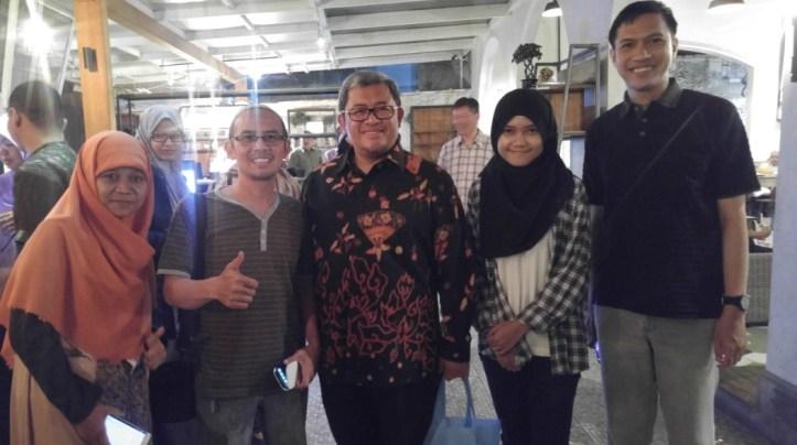 Foto bareng kawan-kawan Blogger Bandung dengan Pak Aher