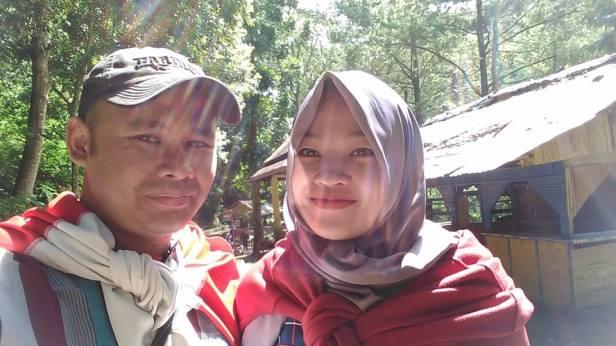 Saya dan Istri ketika jalan-jalan di Taman Hutan Raya Dago