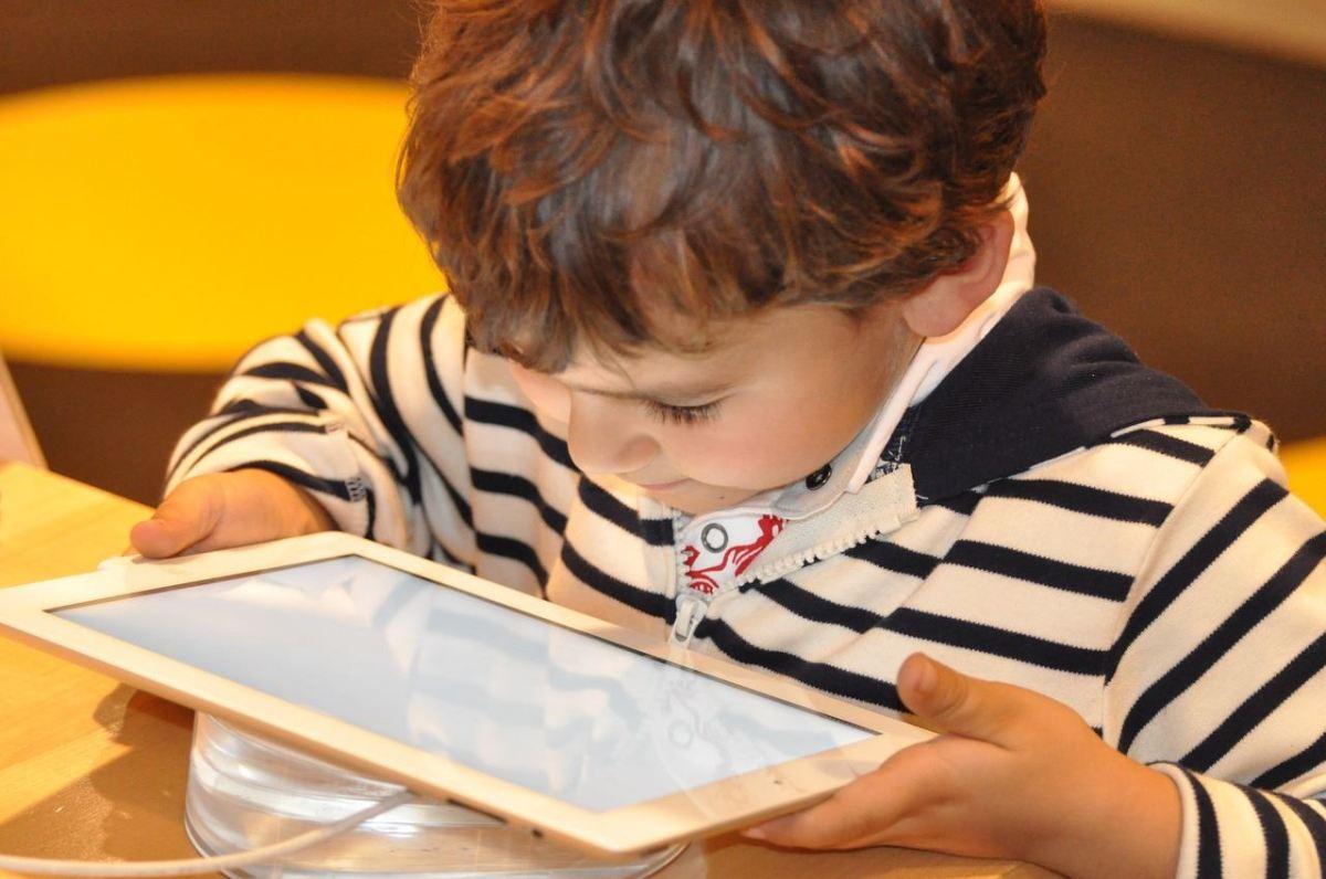anak dengan gadget